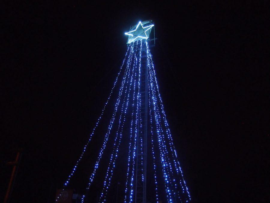Schutters maken fonkelende kerstboom van kogelvanger